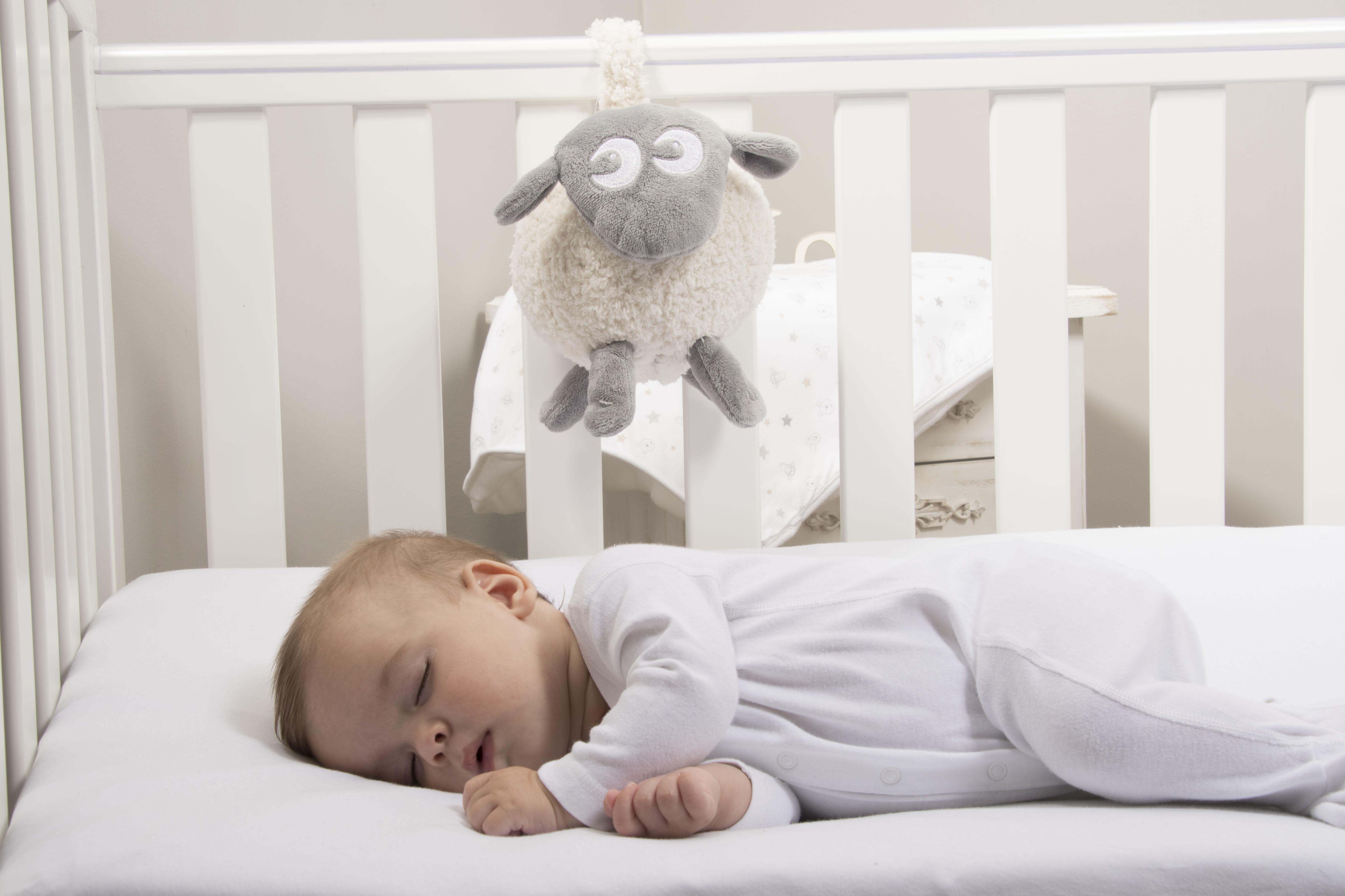 baby og bamse med hvit støy