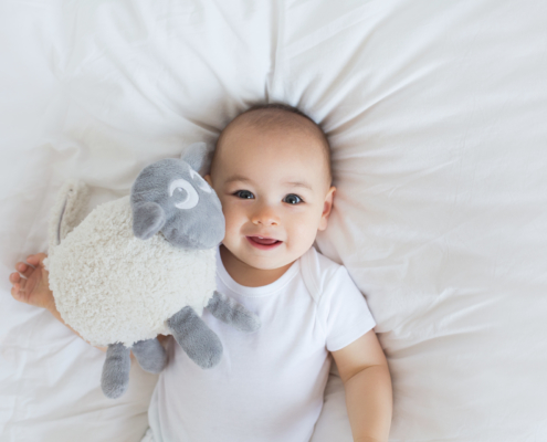 baby holder sovebamse med hvit støy